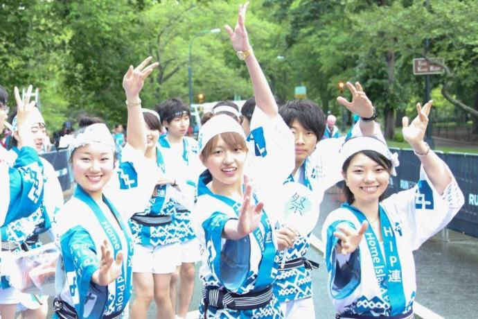 「サー!」という決めポーズ。大切なのは笑顔と掛け声。(写真提供:Yusuke Takeda)