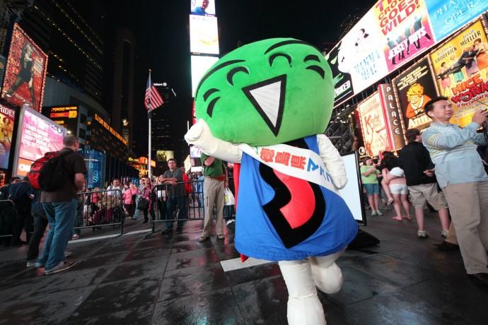 NYにも進出。タイムズスクエアの時の人となりました。