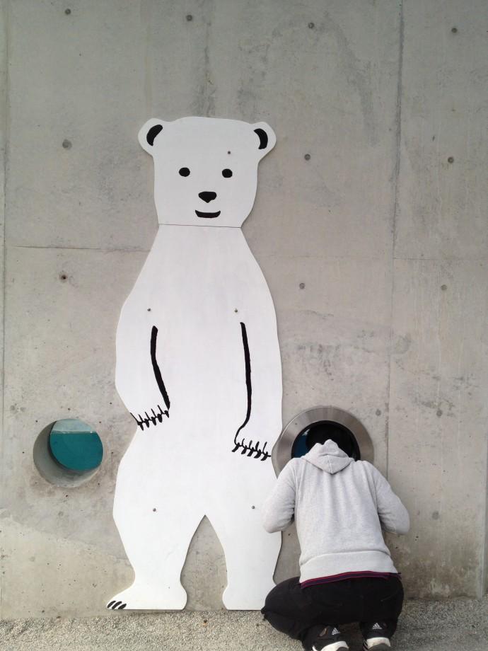 シロクマとお友達になるタケムラ編集長(2011年撮影)