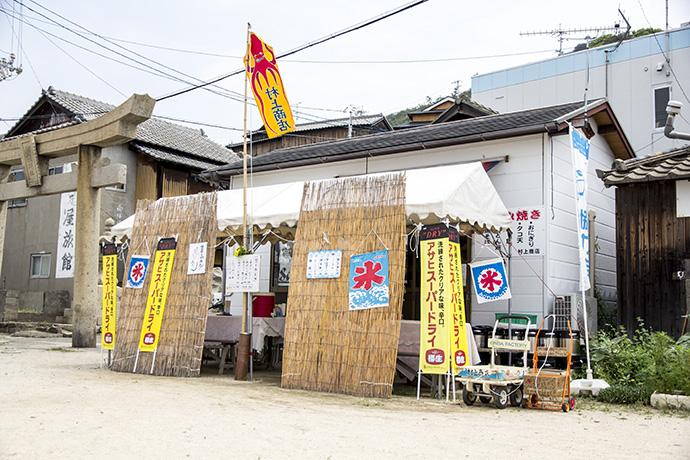 村上商店の横が参道の入口。古くて立派な鳥居がある