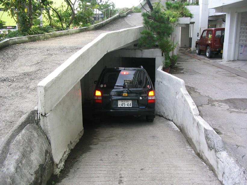 地下駐車場への入口。私はホヤホヤの新車をここで2カ所同時にすり、以来入れなくなった。