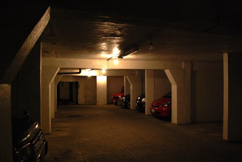 沢田マンション地下駐車場