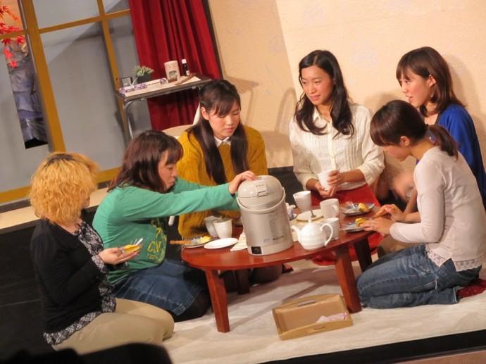 高知、高松、松山とツアー公演を決行した作品「女ともだち。」の1シーンです。 現在は松山の劇団unit outに所属してるおソメちゃんに客演してもらいました。