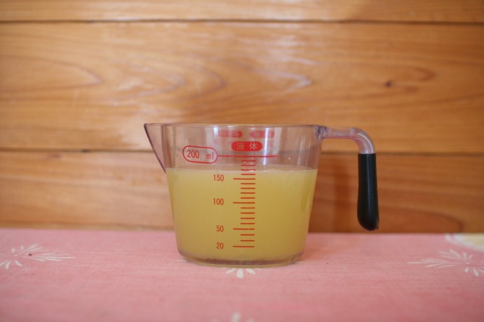 きれいな黄色。これだけ絞ると台所が爽やかな香りに包まれました。