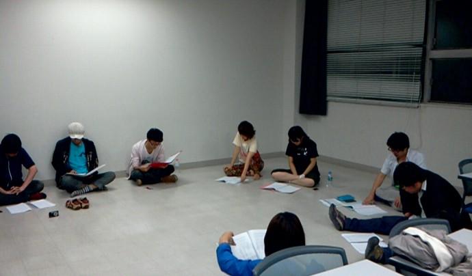 そして本公演「休みの庭」の稽古初日です。 四国中から俳優さんが集まってくれました。