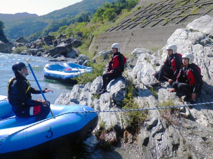 まずは川岸で説明を受けます。緊張した面持ちの岩山の猿たち。