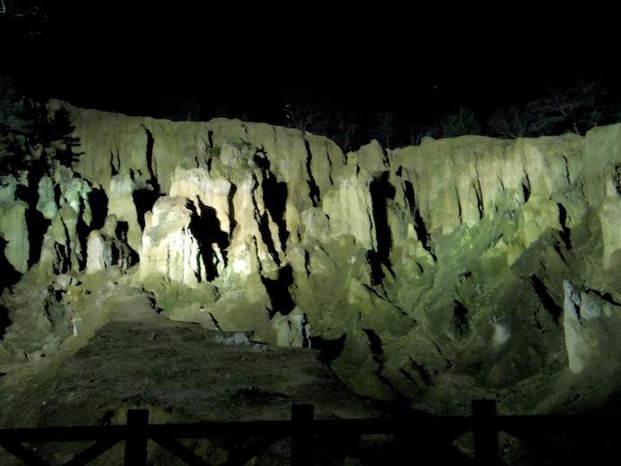 ライトアップされた波濤嶽、闇夜に浮かぶ土の巨大造形