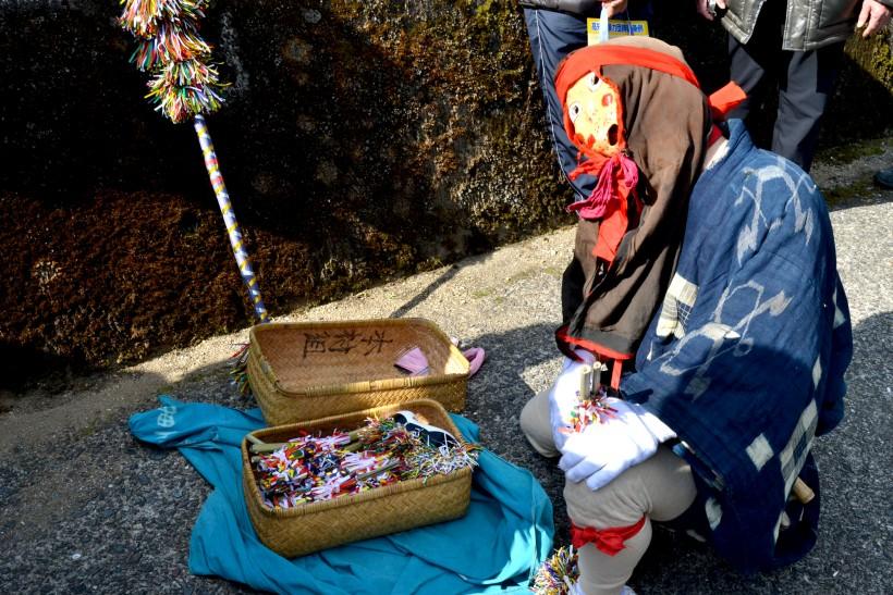 本村組の油売り。竹カゴに目一杯のミニサイハラを入れ、甲高い声で売り回る   Photo:Naoya Takemura