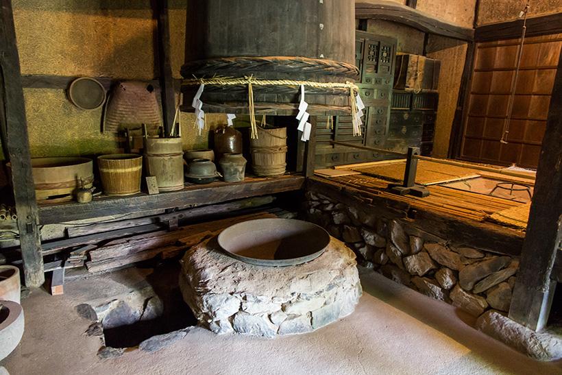 土佐和紙の原料となる楮(こうぞ)やみつまたを蒸すための装置がある古民家
