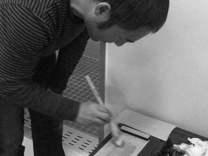 職人さんもプラチナプリントを体験。ご自身が漉いた和紙に感光液を塗布しているところ。