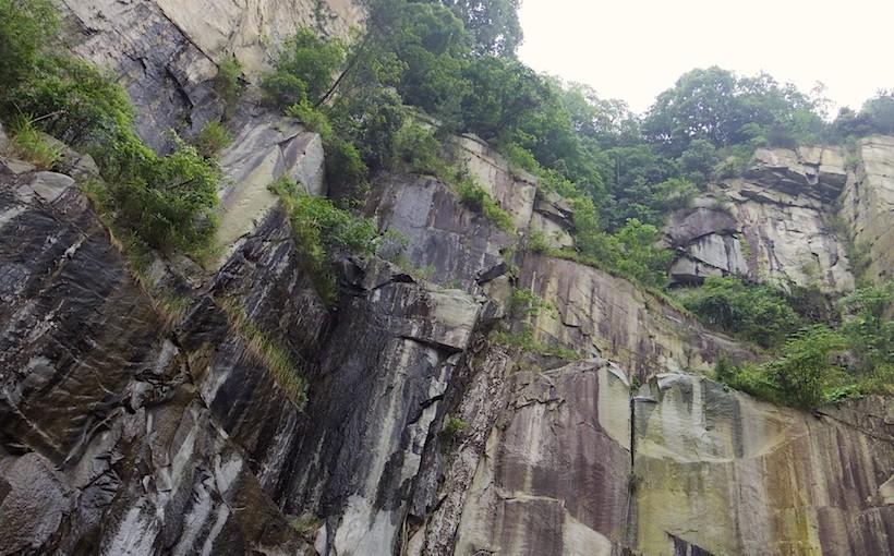 広島名産で、これまで島の生活と景観を作り出してきた「青木石」の丁場