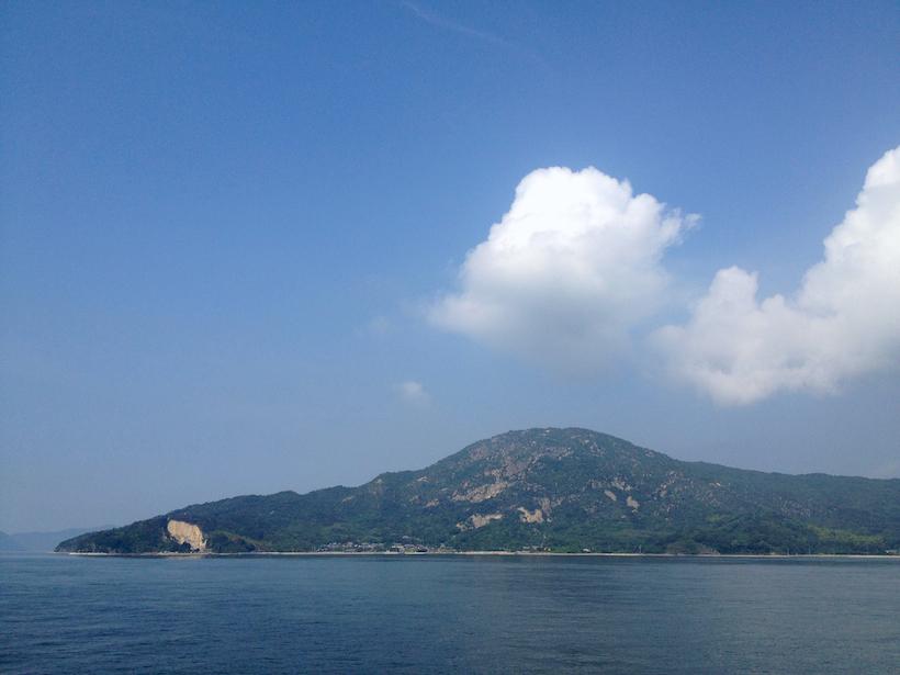 広島へ向かうフェリーから見た王頭山、岩肌がまばらに覗いている。