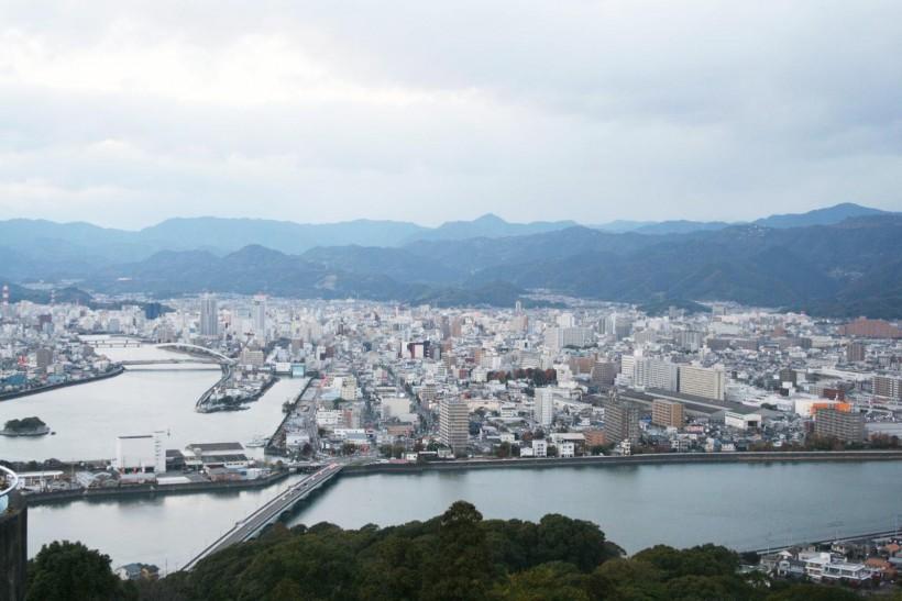 五台三から眺む高知市内。山と海に囲まれた場所。