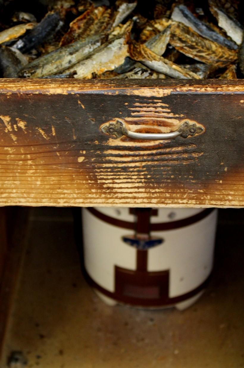 セイロ。下の七輪の練炭の熱で炙る。削りにちょうどよい堅さに調整。