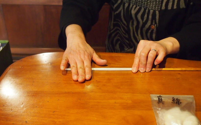 竹串に和紙を巻きます。内子町の和蝋燭屋 大森