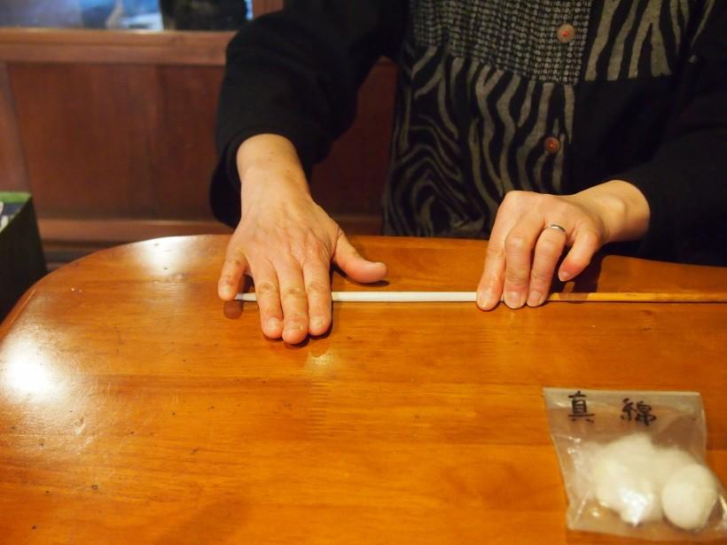 竹串に和紙を巻きます。