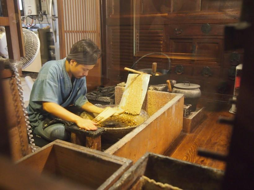 蝋を芯に塗っているところ。この日は七代目の息子さんが作業されていました。内子町の和蝋燭屋 大森