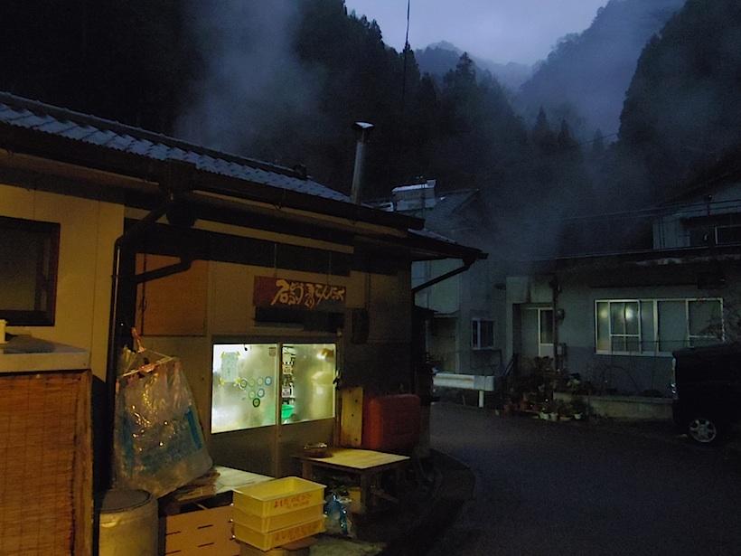 朝靄の中、今日も豆腐作りが始まった。