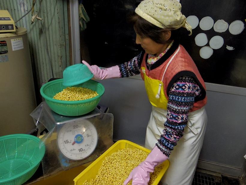 大豆は6kgずつ豆乳プラントに投入、大体2杯(12kg)で15丁分の豆乳ができる。