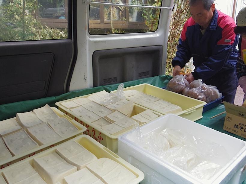 配達のため車に載せられた豆腐。同じく吉田豆腐店で作られている手作りコンニャクも一緒。