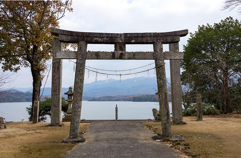 神野神社の石造鳥居は町内最古の鳥居だとか。池と山のグラデーションが美しい