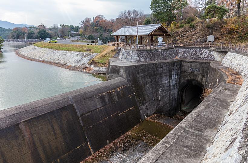 大雨の際、池の余剰水を流すための余水吐。かっこいい