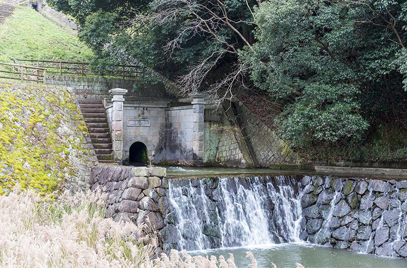 満濃池の樋門は国指定有形登録文化財。毎年6月にはゆる抜きが行われる