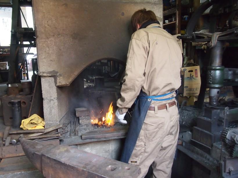 十分に火をおこしたら、棒状の鉄を熱します。