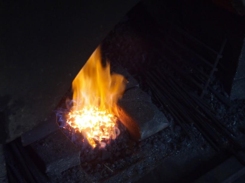 コークスで火をおこします。