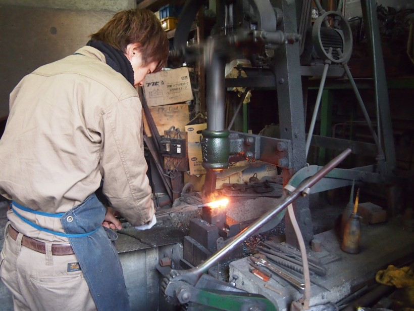 鉄を熱したら、機械ハンマーで大まかな形を整えます。