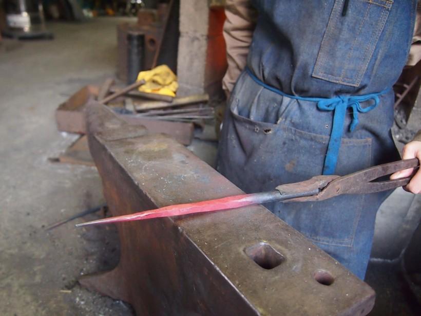 機械ハンマーで形を整えた状態。燭台はこの一本の鋼材から作られます。