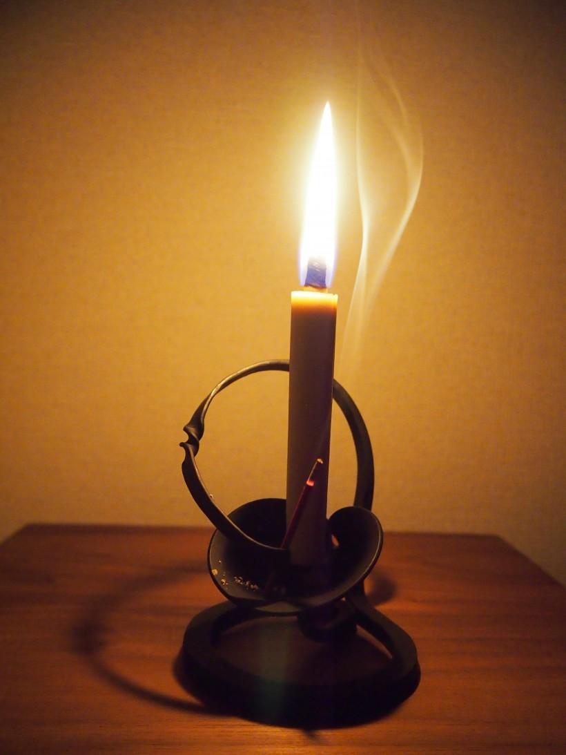 和ろうそくの炎で、燭台の曲線の美しさがより引き立ちます。