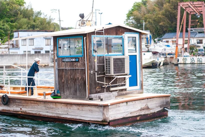 木製の素朴な船にちょこんと乗った操舵室は小さな小屋のよう。 エアコン完備で意外と快適そうです。