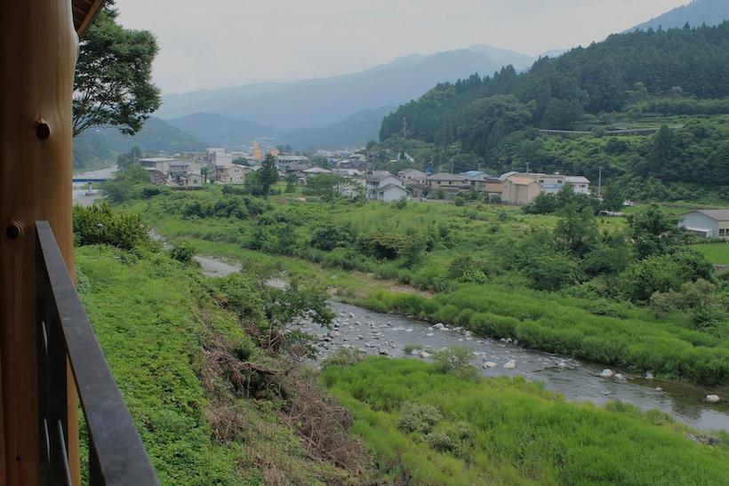 WEEK 神山 のテラスからの眺めはゆったりとした山村風景。すべての部屋から眼下に鮎喰川を望む。