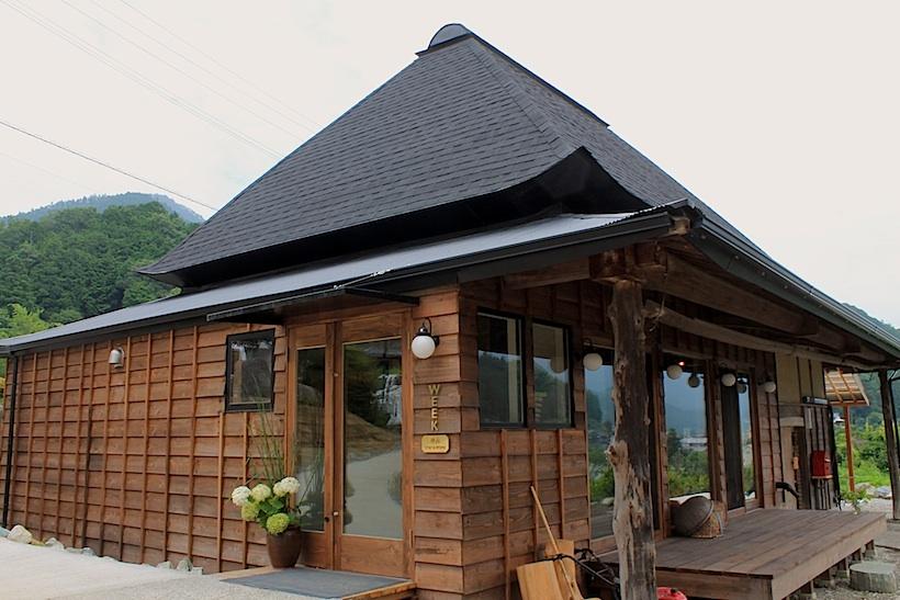 築70年の古民家を改装した食堂棟(地野の食堂)。宿泊者だけでなく、地元住民の方々向けの食堂(夕食のみ)でもある。