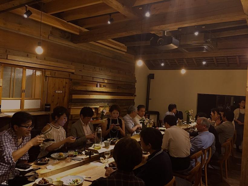 神山に残っていた古材を利用した20人掛けの大きなテーブル。これをみんなで囲んで「いただきます!」。