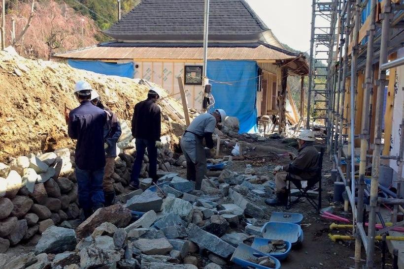 宿泊棟前の石積みは「風景をつくる 石積みワークショップ」と題してワークショップ形式で。参加した学生さんには、指導する徳島大学大学院の真田純子先生だけでなく、神山町の石積み達人大西さんの厳しい指導が。