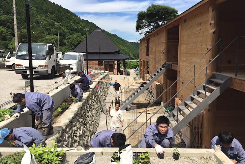 地元神山町にある県立城西高校神山分校の生徒さんが、地元産の青石や山野草を使って庭を作庭する様子。造園土木科の生徒さんにとっても特別な経験に。