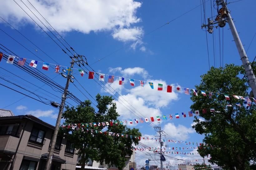 カラフルな万国旗は高知の青空によく似合います