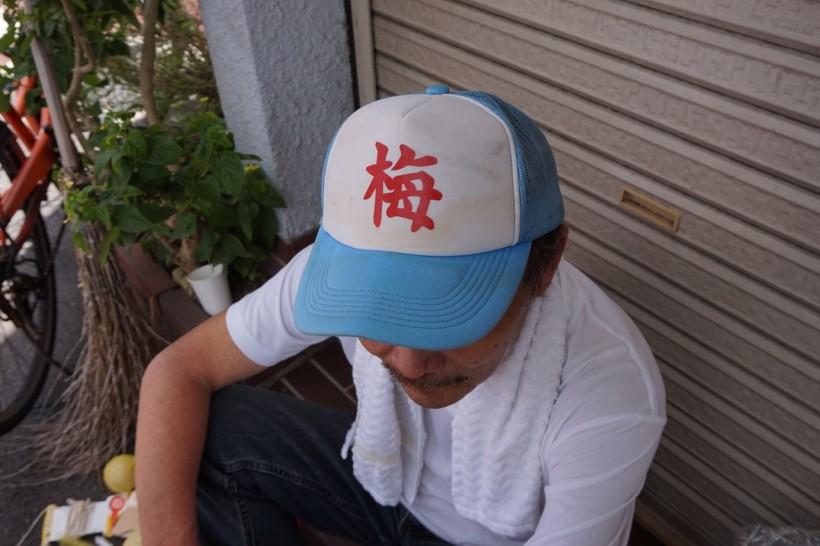 地域で作った梅マークの帽子。「集まる時は被ろう言うたに、誰っちゃあ被ってない」と文句を言いながらも決して脱ごうとしないお父さん