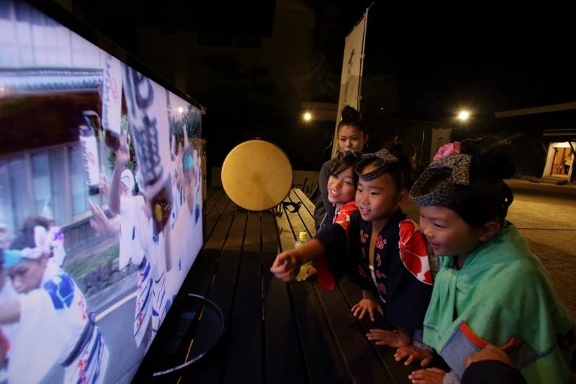 17_2-「桜花連」の子供たちも4Kのキレイな映像に夢中です004Q5669