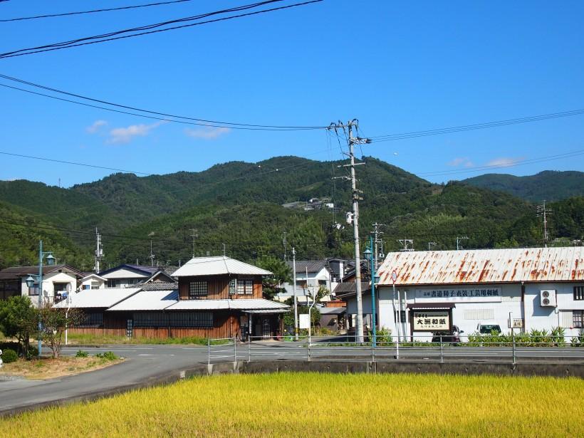 道を挟んで売店と工場があります。