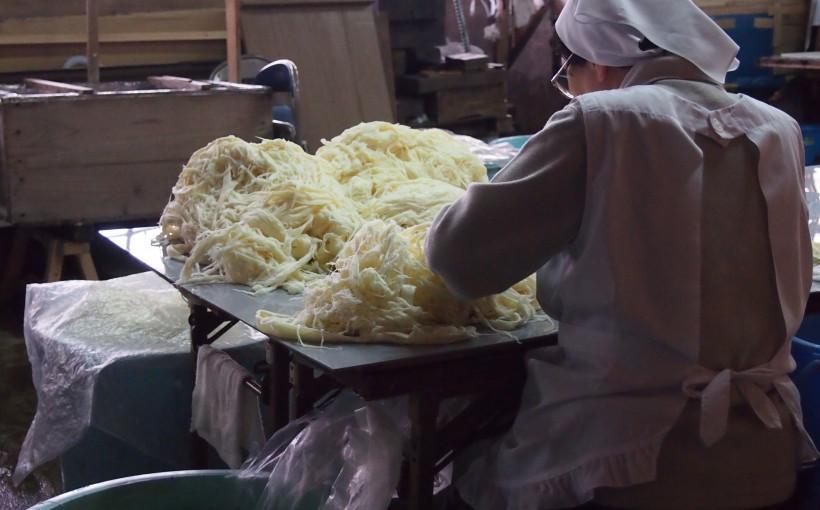 原料についたごみを手作業で取り除きます。