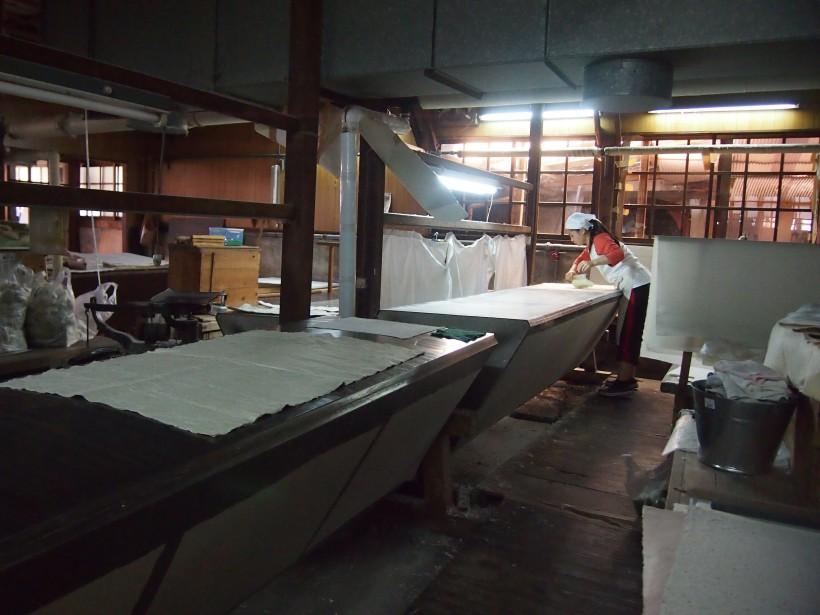 鉄板の上で乾燥させて和紙が完成。