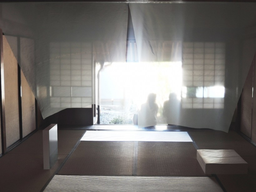 山根一晃さんの作品。『あちらの世界とこちらの世界』見えないあちら側を想像してみる、ということをじっくりと考え体感できる。奥には森本美絵さんとのコラボ作品も展示されている。