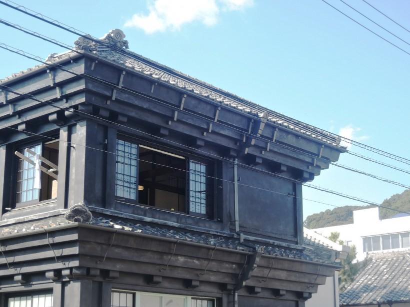 第1回目・2回目のキュレーターでもある、竹﨑和征さんの作品。窓から出た梯子(内)は海へ続く道(外)へとつながる。部屋に置かれたレモンは外から眺めると色がより際立っている。