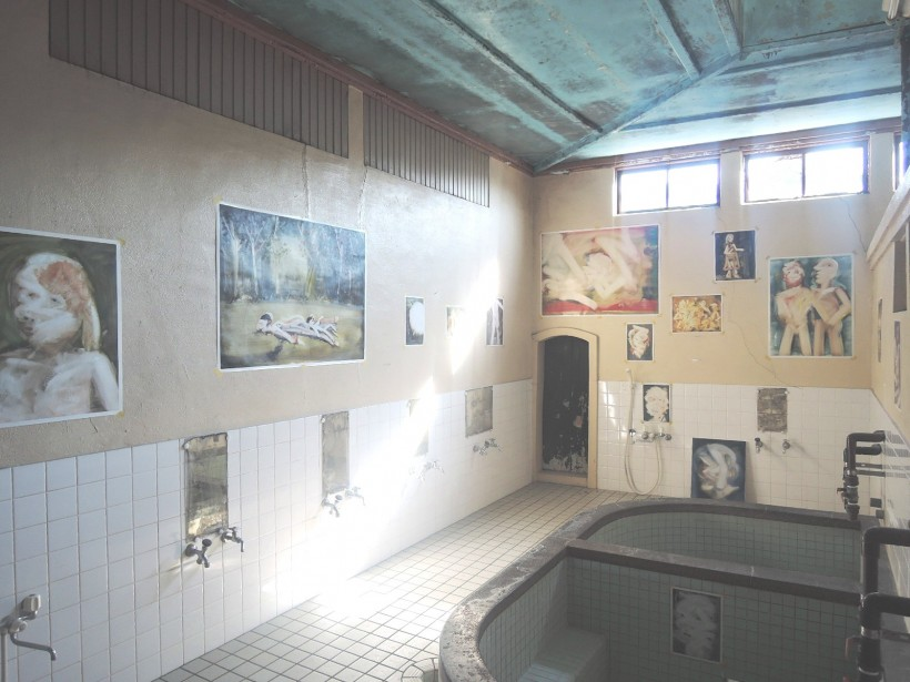 人物を中心に描かれることの多い、小西紀行さんの作品。独特な色使いの絵が一面に広がり、その光景に思わず声をあげてしまう人もいるほど。