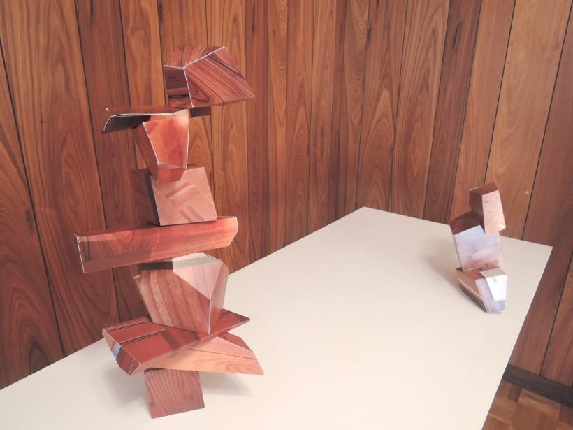 松村有輝さんの作品。展示場所の部屋の写真をプリントし作りあげた。遠方地で制作した作品と、須崎市で制作した作品との対比も見られる。