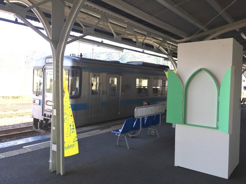 川鍋達さんの作品。駅は入口と出口、出会いと別れ、といった境界のある場所。