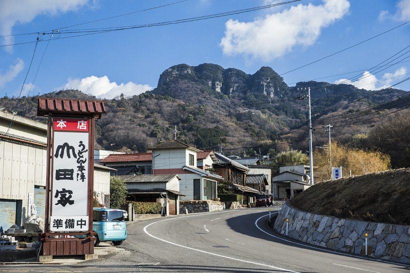 「山田家うどん」の駐車場からも、五剣山を眺めることができます。